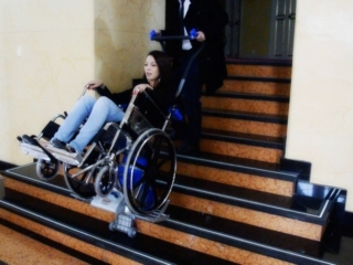 Silla sube escaleras eléctrica PT Plus - escaleras teatro Colón Bogotá - Smart Motion S.A.S.